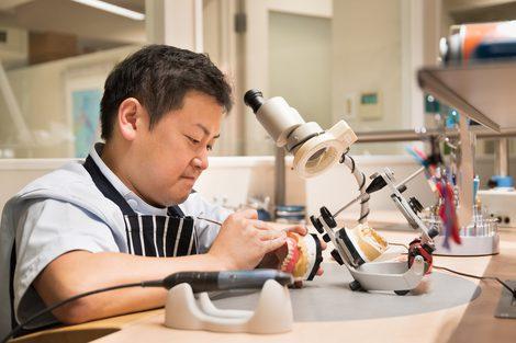 コーヌスクローネを制作する歯科技工士